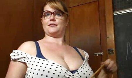 Isteri dengan berbulu vagina mempunyai satu beg video blue budak sekolah besar untuk bekerja.