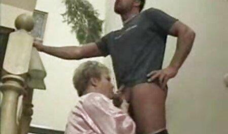 Perang video budak lucah akan menjadi seks tanpa melepas celana dalamnya